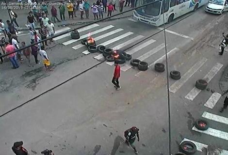 Um grupo de vendedores ambulantes iniciaram um protesto no início da tarde desta sexta-feira (16) no Centro de João Pessoa