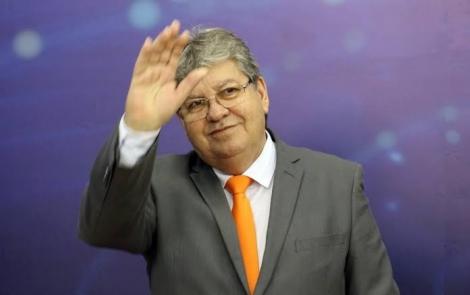 A Folha de São Paulo divulgou em matéria desta sexta-feira (17) que o PDT de Ciro Gomes está tentando atrair o governador João Azevêdo