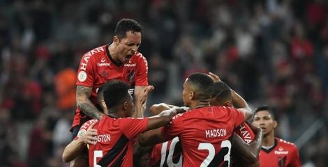 O Athletico Paranaense, em um jogo complicado, voltou a mostrar sua força na Arena da Baixada e bateu o Atlético Mineiro por 1 a 0