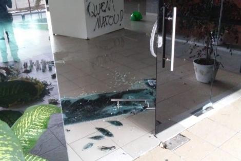 A instituição teve os vidros das portas de entrada quebrados, paredes pichadas, canos dos bebedouros danificados e duas salas tiveram os móveis revirados