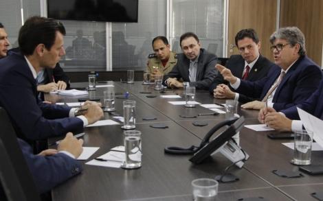 O governador João Azevêdo se reuniu, nesta quarta-feira (18), em Brasília, com o secretário nacional da Aviação Civil, Roney Saggioro Glanzmain
