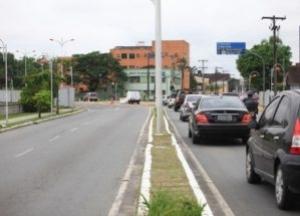 Um idosa teve o veículo tomado por assalto, no final da manhã desta quarta-feira (19), na avenida Beira Rio, no sentido Centro/Praia, próximo ao posto de revenda combustíveis