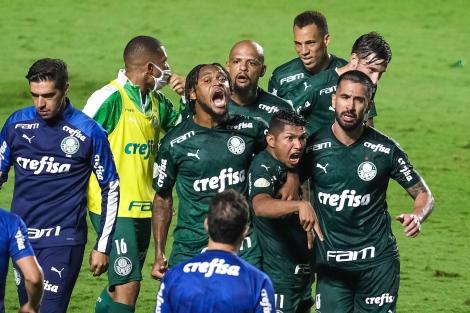 Jogadores do Palmeiras comemoraram gol de empate nos acréscimos (Foto: Marcello Zambrana/AGIF)