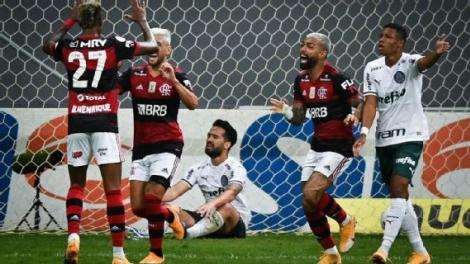 Jogadores do Flamengo comemoram gol sobre o Palmeiras, pelo Brasileirão Gazeta Press