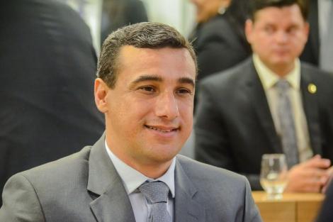 Após o recebimento de mais de 1.900 currículos para concorrer há três vagas de emprego, o Deputado Chió decidiu prorrogar o prazo limite para a divulgação dos selecionados.