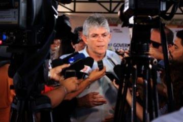 Ricardo anuncia reajuste de 6,81% para magistério e dobra remuneração até dezembro, além de 19% para segurança, começando com 5% em janeiro