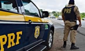 Homem de 21 anos ofereceu R$ 200 a agentes da PRF para não ter a moto recolhida. Veículo tinha diversas irregularidades e condutor não tinha habilitação