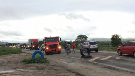 Na manhã desta segunda-feira (22), caminhoneiros bloqueiam a BR-230, em Campina Grande, na Paraíba. O bloqueio é na Alça Sudoeste, na saída de Campina Grande.