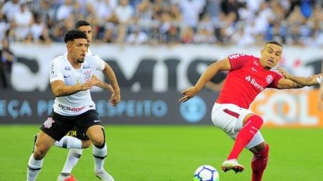 Em jogo com polêmica, Corinthians e Inter ficam no empate, e líder São Paulo agradece