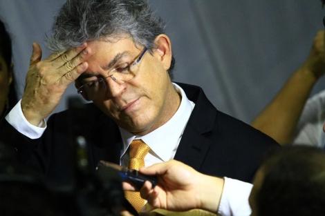Professores vão receber salário de R$ 2,6 mil a partir de 1° de maio, anuncia governador Ricardo Coutinho