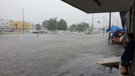 Forte chuva em João Pessoa causa alagamentos e transtornos no trânsito; carros ficam submersos - Veja Vídeos