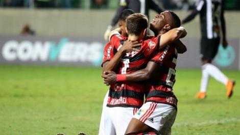 Vinícius Júnior e Everton Ribeiro resolvem, Flamengo vence Atlético-MG e assume liderança do Brasileiro