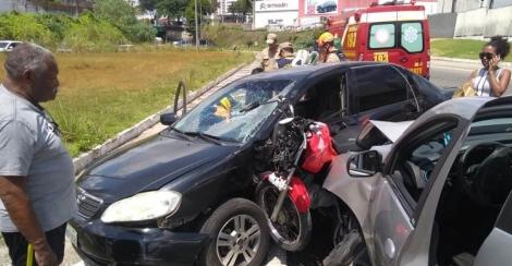 A colisão ocorreu próximo ao Hospital de Emergência e Trauma Senador Humberto Lucena. A motocicleta ficou prensada entre os dois carros.